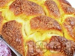 Вкусен домашен пухкав козунак със заквасена сметана, стафиди, орехи и суха мая в хлебопекарна (машина за хляб) - снимка на рецептата